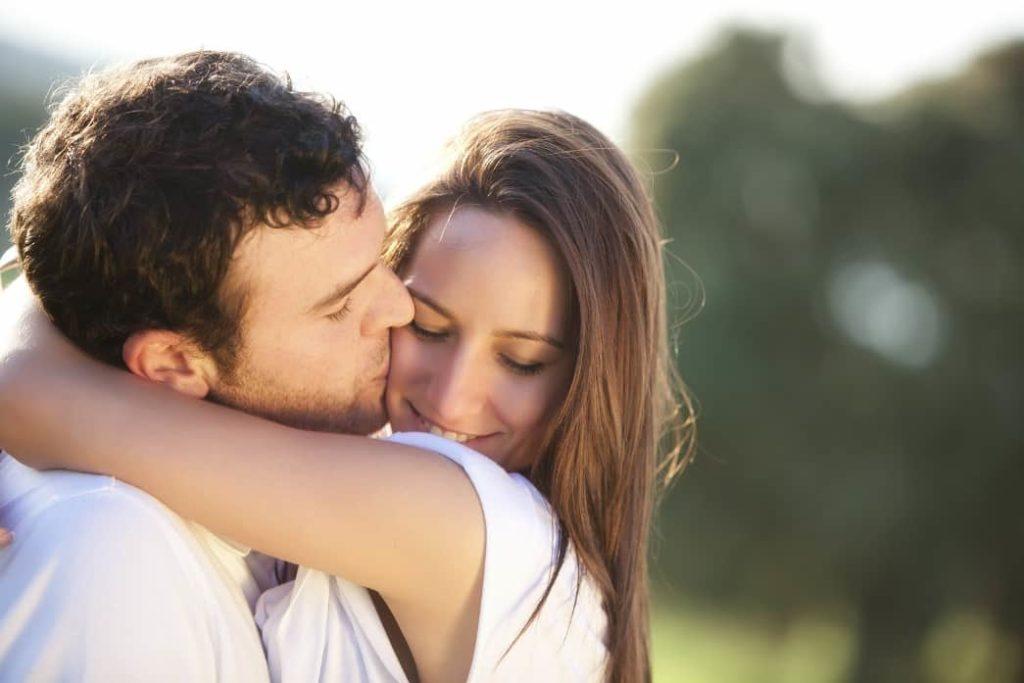 Признаки, что мужчина влюблен