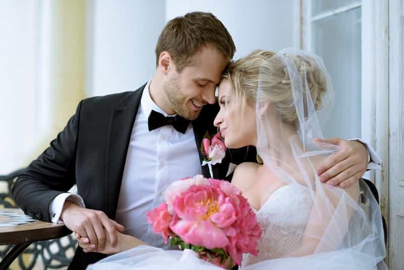 Кто на самом деле выходит замуж или женится?